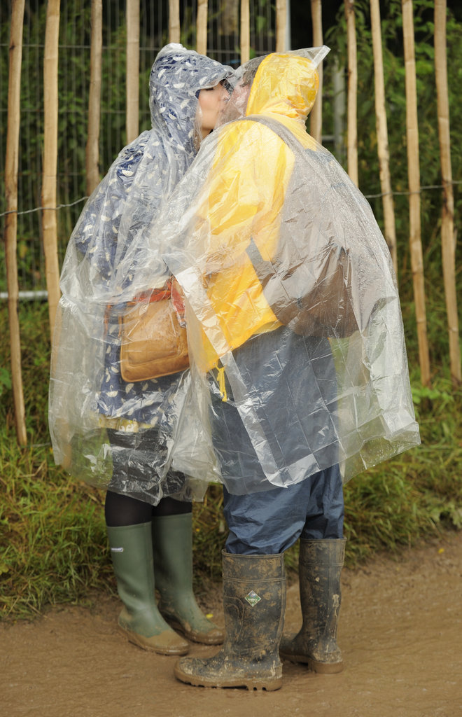 Rain couldn't stop these lovebirds at the Glastonbury Music Festival.