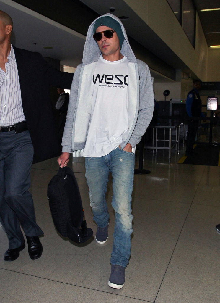 Zac Efron dressed casual for the cross-country flight.