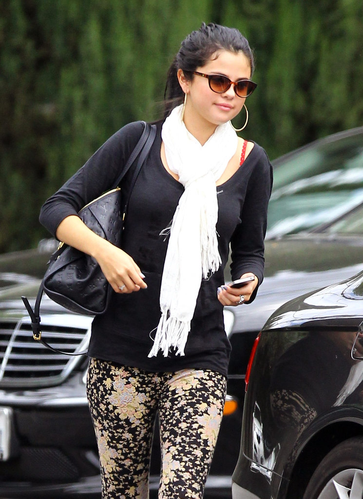Selena Gomez left lunch with her mom in LA and headed to her car.