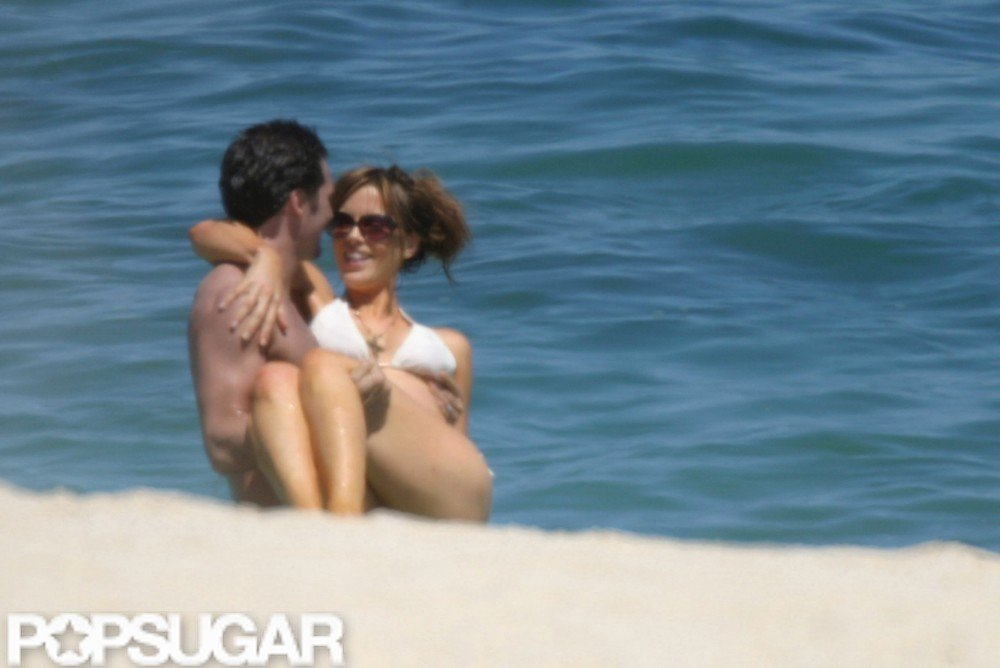 Newlyweds Kate Beckinsale and Len Wiseman were spotted sharing a moment of PDA during their May 2004 honeymoon in Cabo.