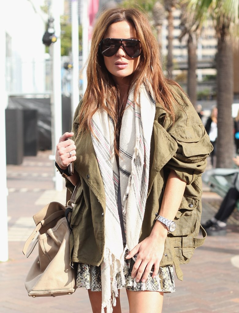 Check out her chunky aviator-shaped sunglasses and slouched ivory-hued shoulder bag.
