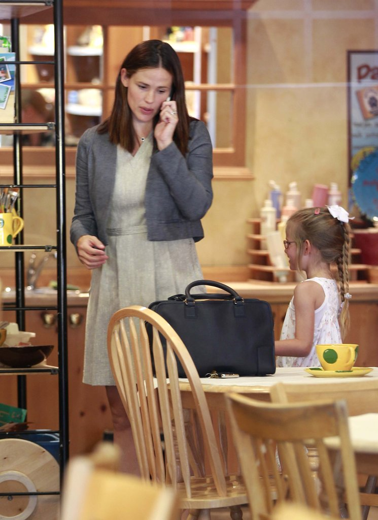 Jennifer Garner was a busy mom as she juggled a phone while spending time with Violet Affleck.