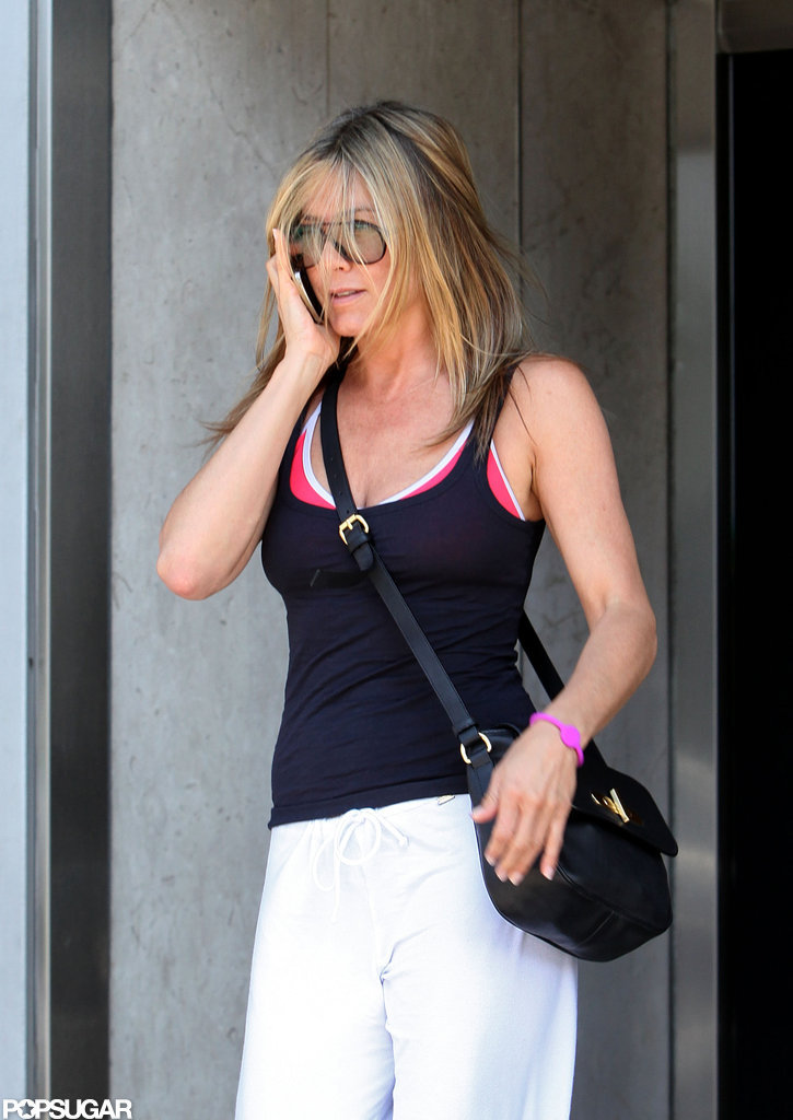 Jennifer Aniston carried a black handbag.