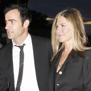 Jennifer Aniston Justin Theroux at Eiffel Tower (Video)