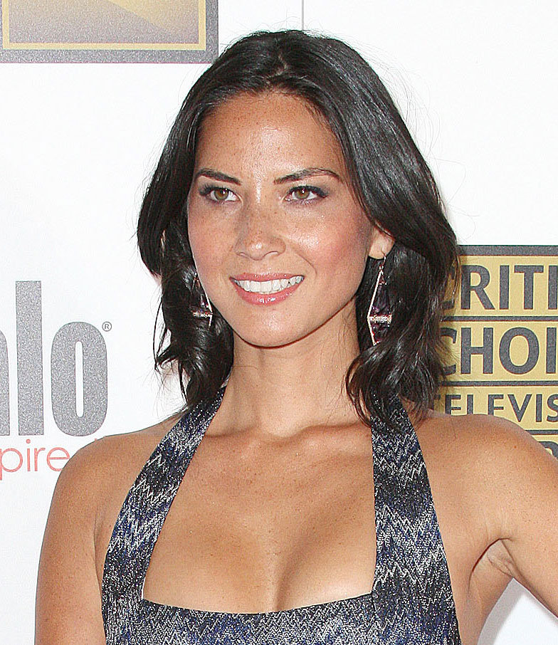 Olivia Munn furthered the flair of her dress with a pair of geometric earrings.
