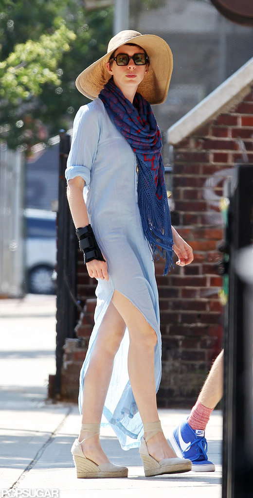 Anne Hathaway paired her dress with a floppy hat and scarf.