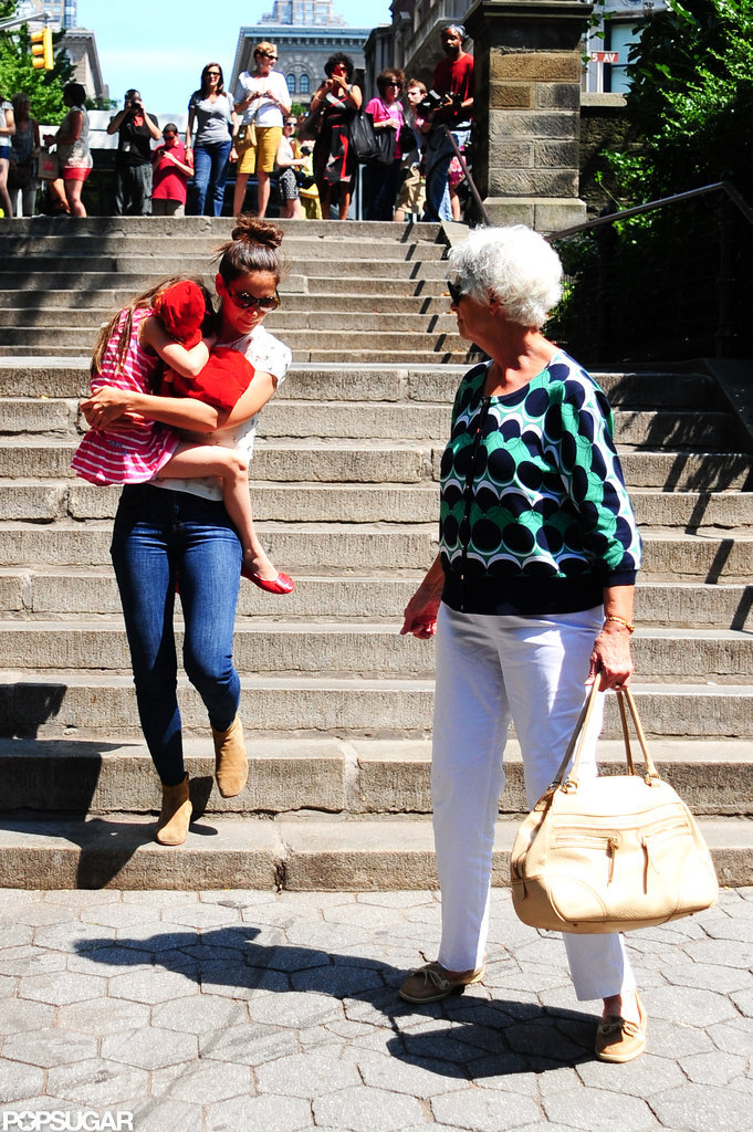 Katie Holmes carried Suri Cruise down the steps in Central Park.