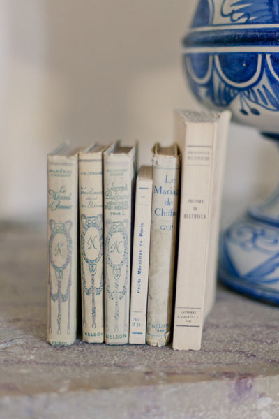 Books en Francais Photo by Mademoiselle Fiona Wedding Photography via Style Me Pretty