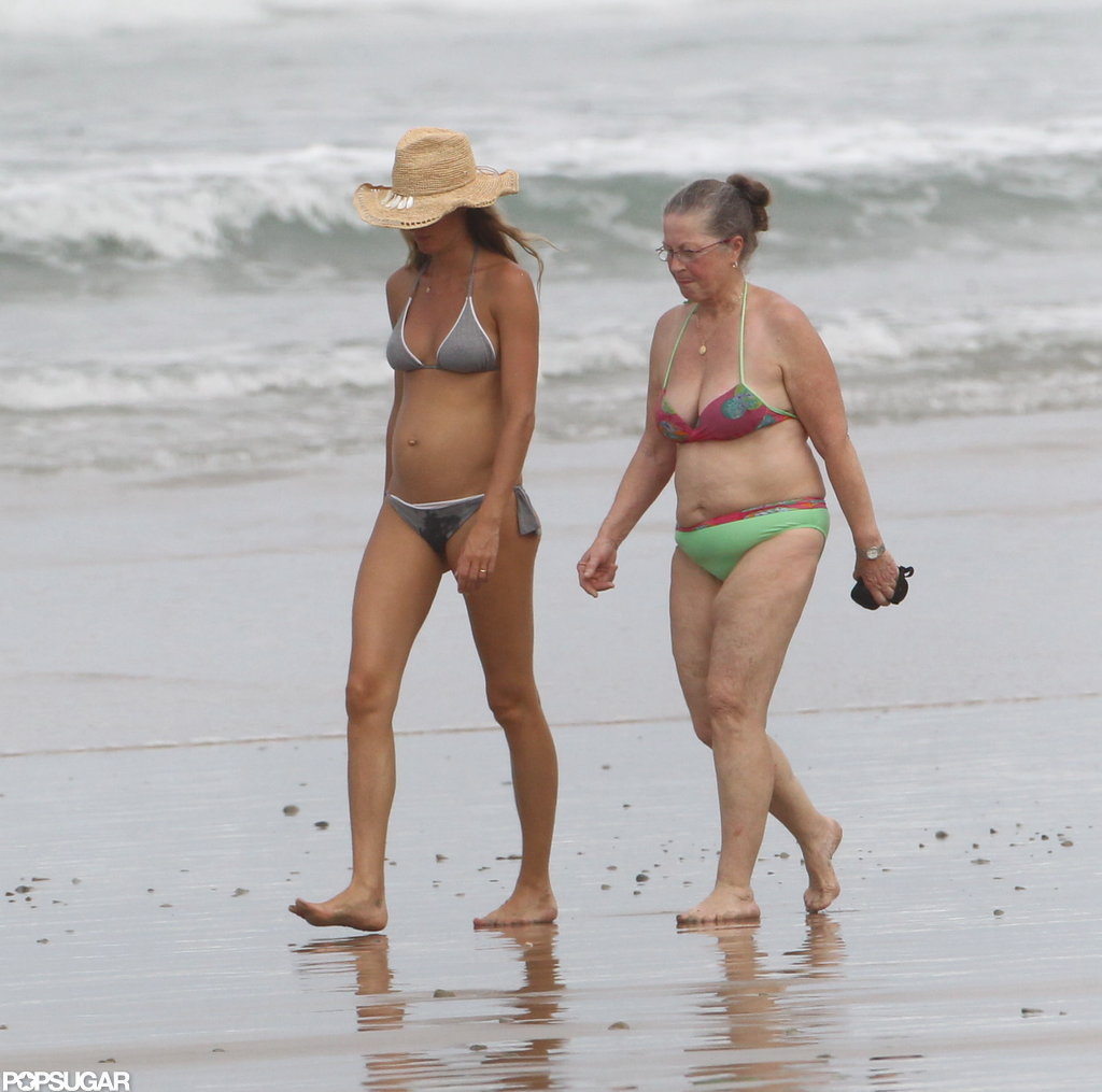 Pregnant Gisele walked on the beach.