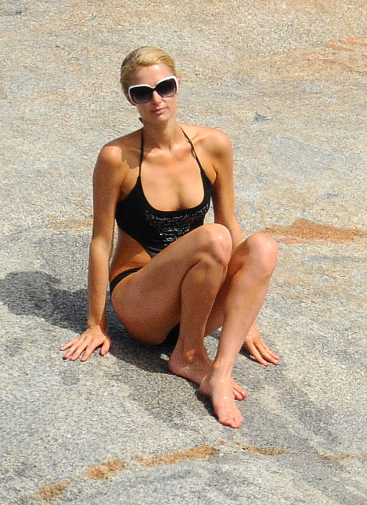 Paris Hilton wore no jewelry.