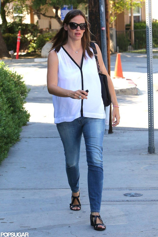 Jennifer Garner went to a deli in her Brentwood neighborhood.