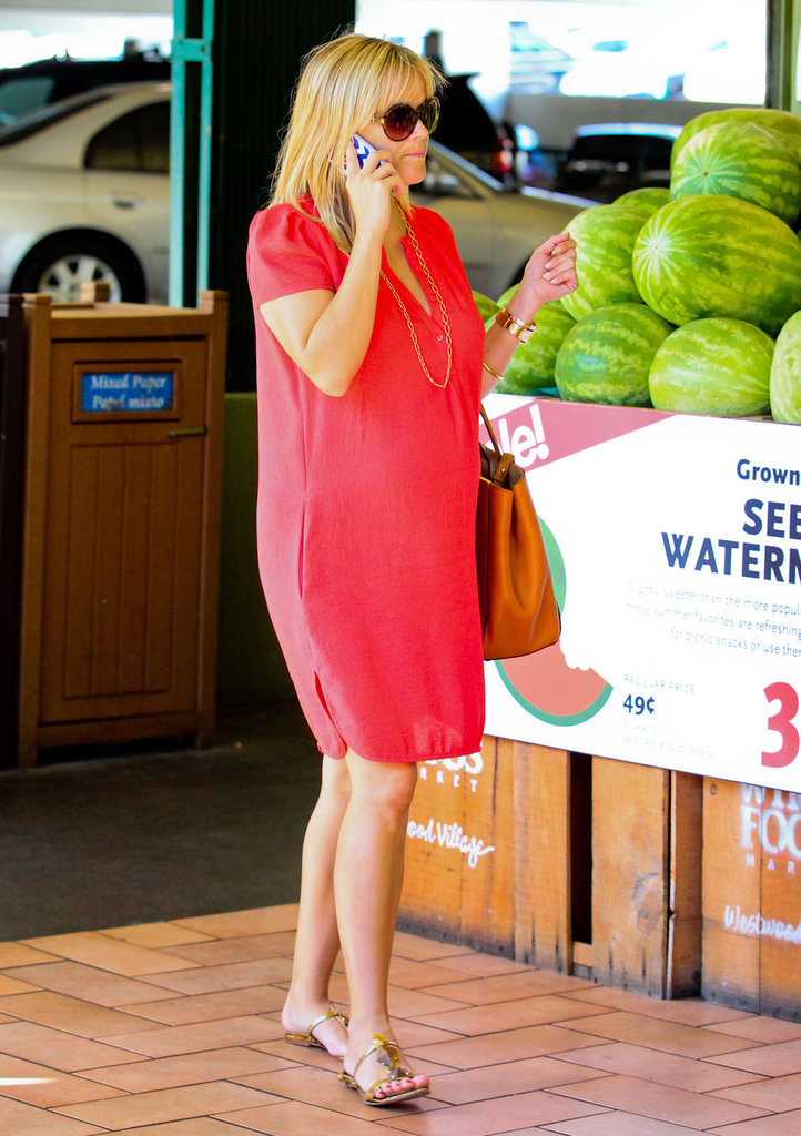 Reese Witherspoon entered a food store in LA.