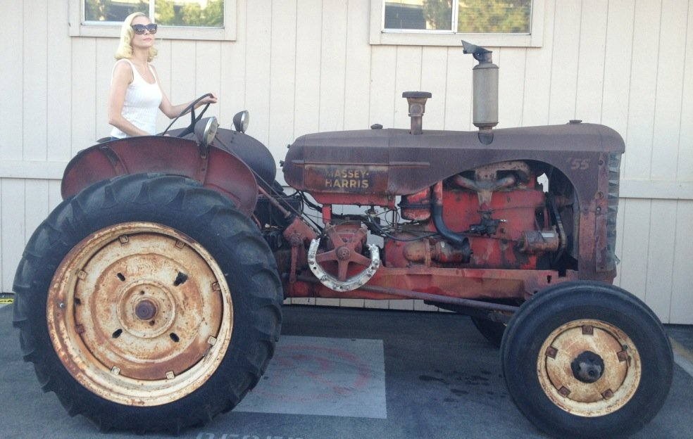 Jaime King rode a tractor on the set of Hart of Dixie. Source: Twitter user Jaime_King
