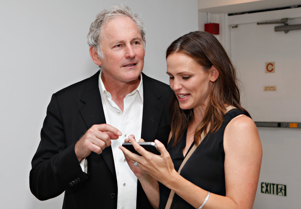 Jennifer Garner and Victor Garber chatted about the iPhone.