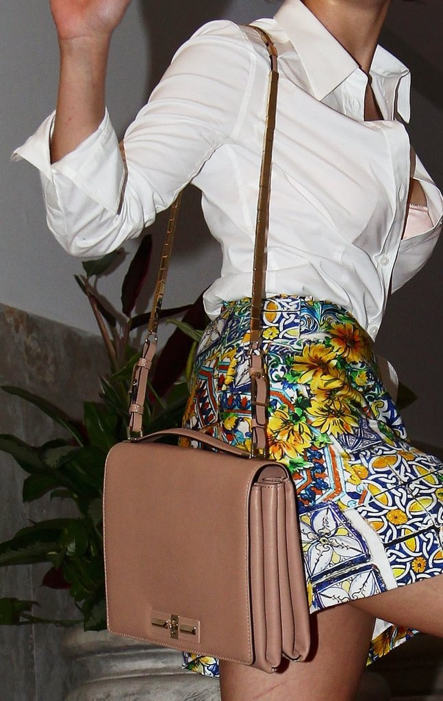 To offset her boldly printed skirt, Violante wore a nude-toned shoulder bag, complete with a mirrored chain-strap bag.