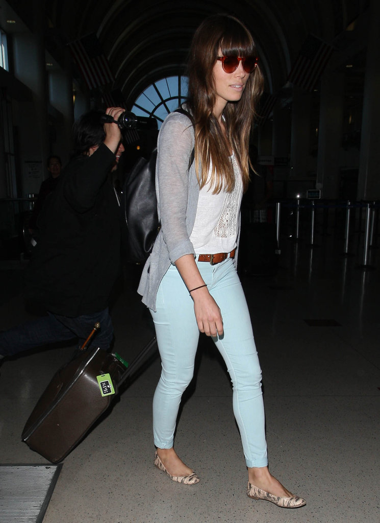 Jessica Biel paired her outfit with flats.