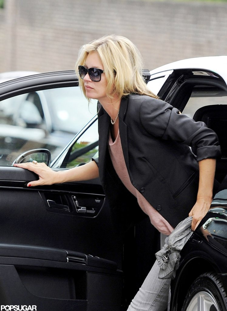 Kate Moss hopped out of her car.