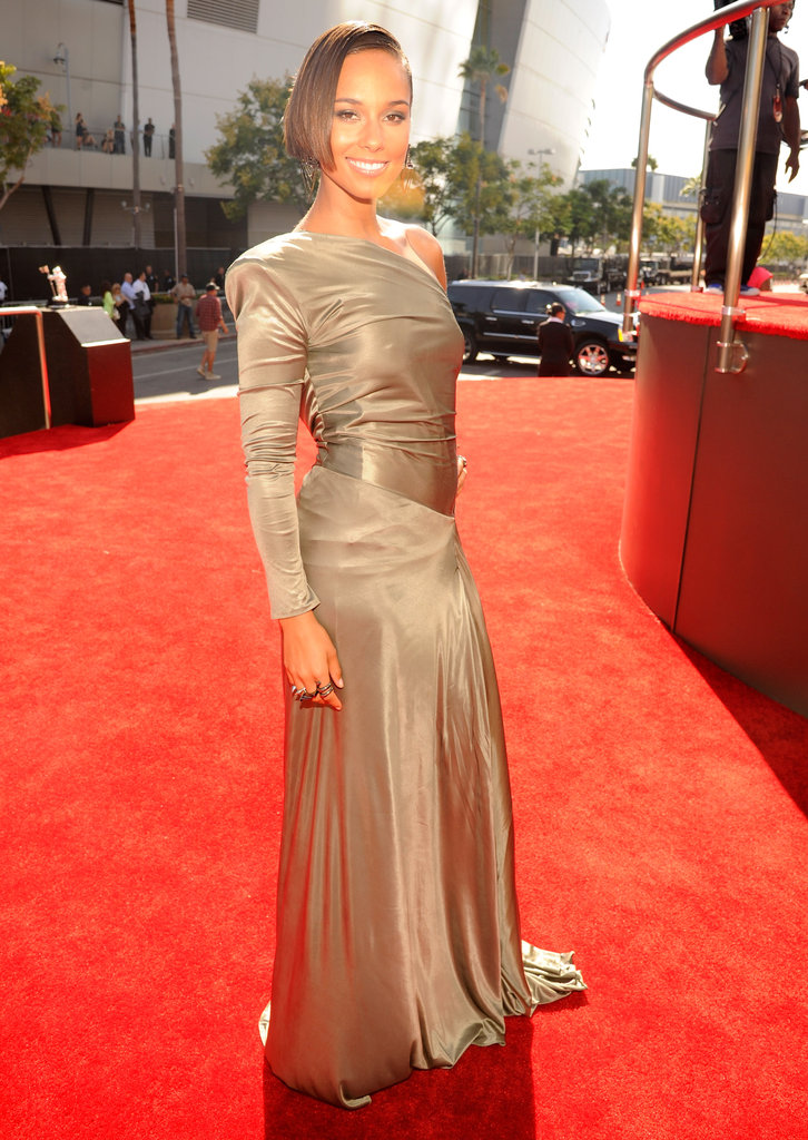 Alicia Keys smiled on the red carpet at the VMAs.