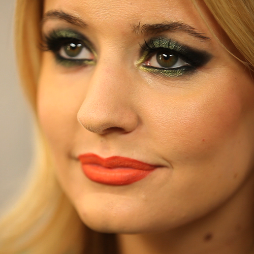 Video: How to Get a Green Smoky Eye and Red Lip