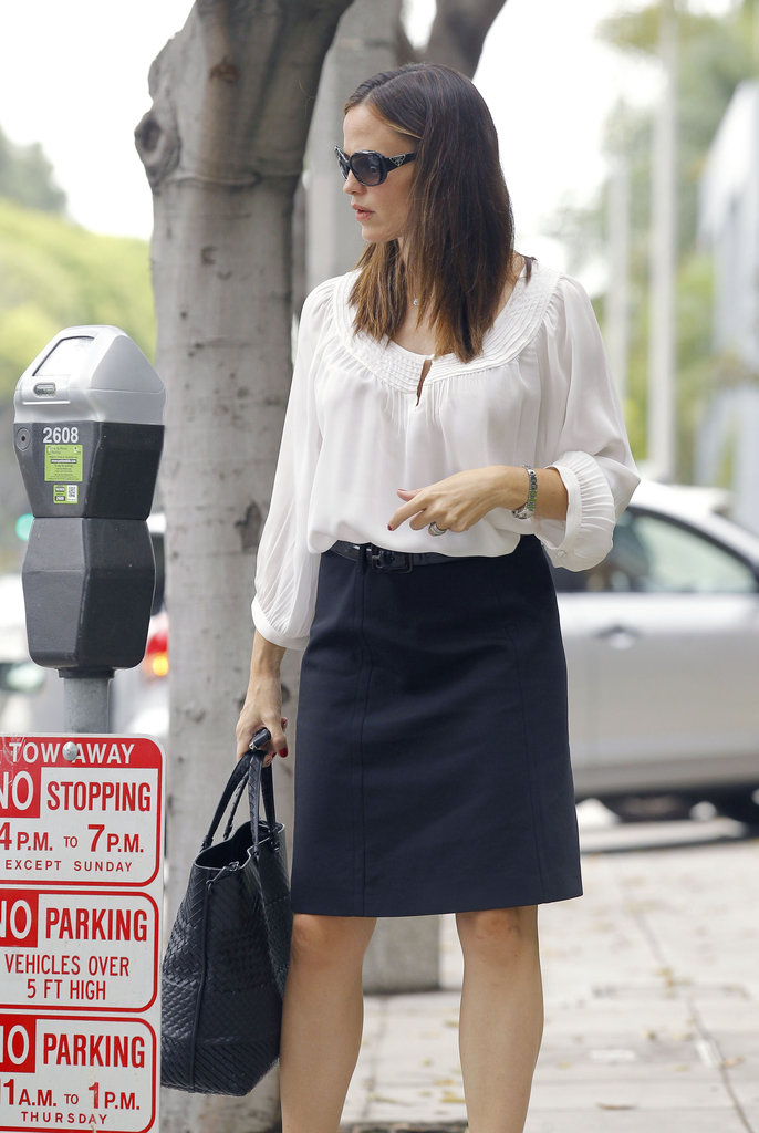 Jennifer Garner checked her parking meter.