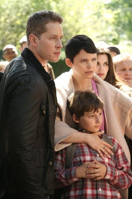 David and Mary Margaret (Ginnifer Goodwin) hold Henry (their grandchild!) protectively.