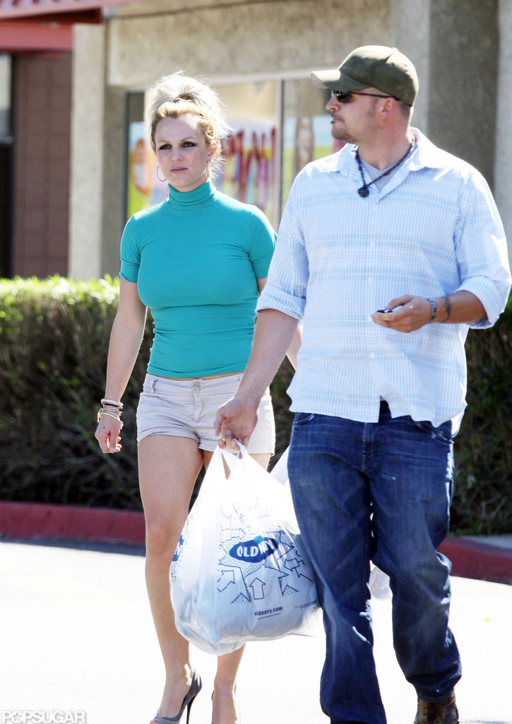 Britney Spears walked towards the car.