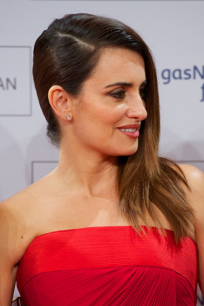 Penelope Cruz Wows in Vintage Versace at Her Spanish Premiere