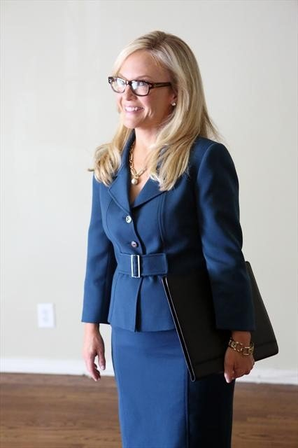 Rachael Harris guest stars on Happy Endings.
