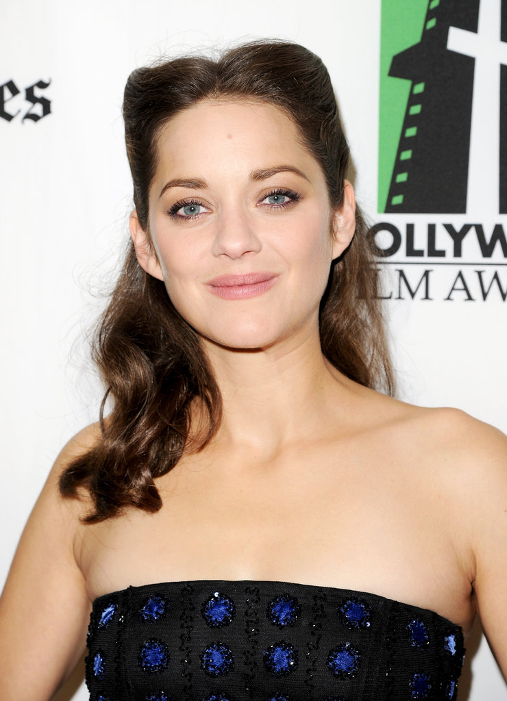 Marion Cotillard chose a strapless dress for the gala.