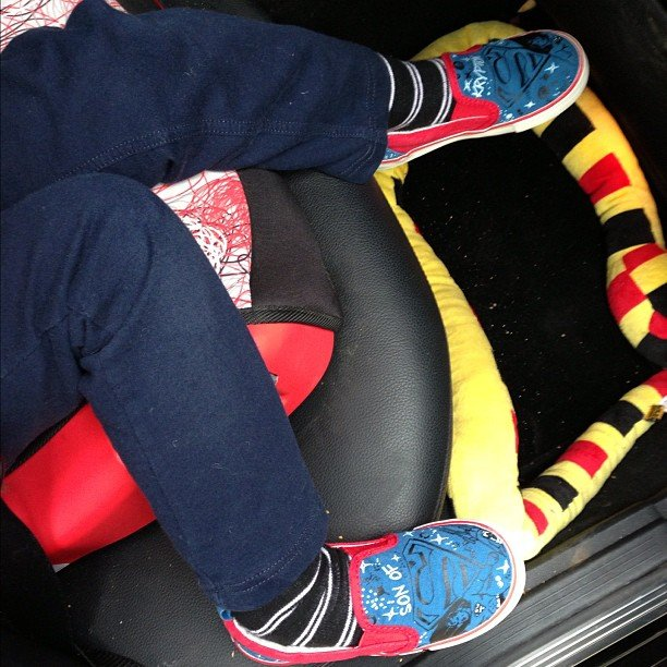 Bronx Wentz looked comfortable in his booster seat while staying with his dad. Source: Instagram user petewentz