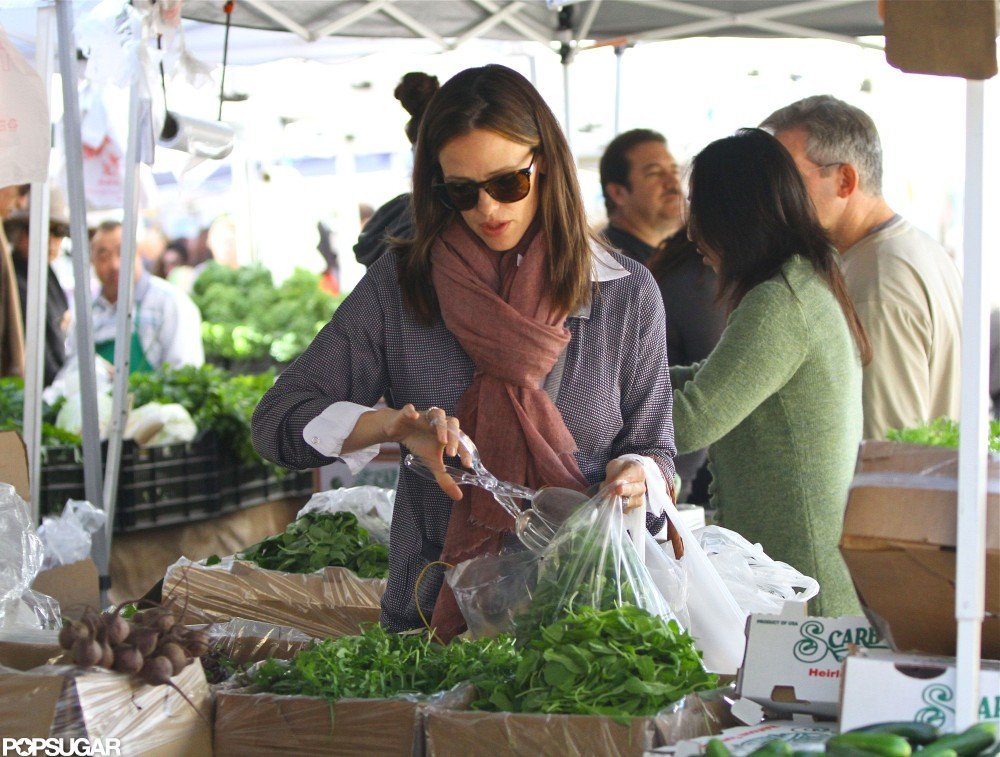 Jennifer Garner picked up some vegetables at a farmers market in LA.