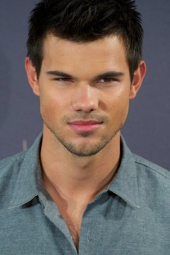 Taylor Lautner smiled for photos at the Breaking Dawn — Part 2 photo call in Madrid.
