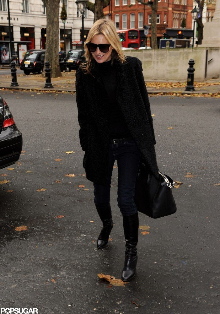 Kate Moss carried a black bag with her.