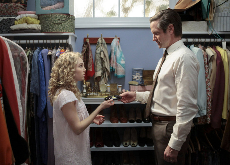 AnnaSophia Robb as Carrie and Matt Letscher as Tom Bradshaw on The Carrie Diaries.