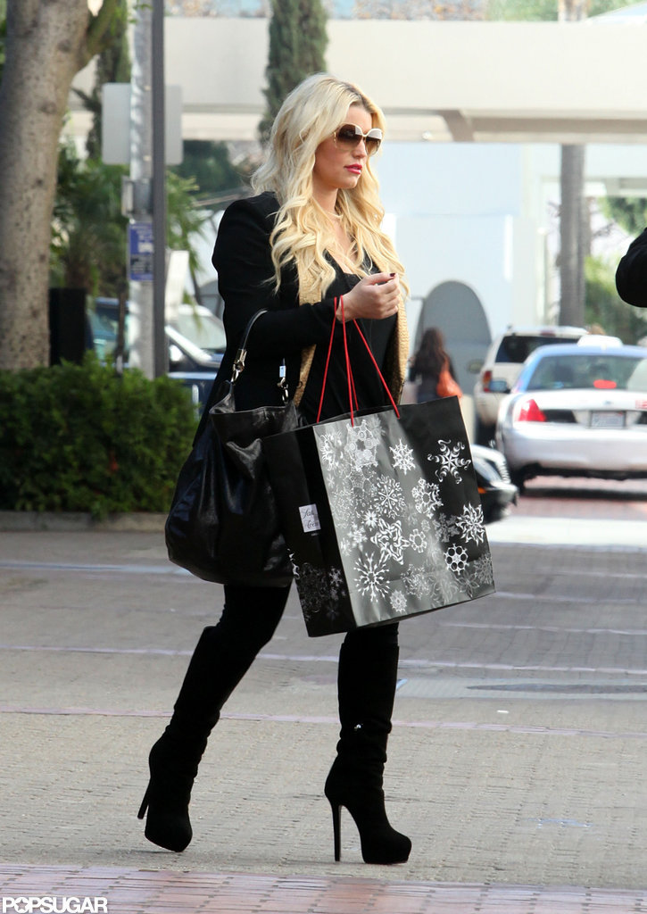 Maybe-Pregnant Jessica Simpson Shops in a Loose Top