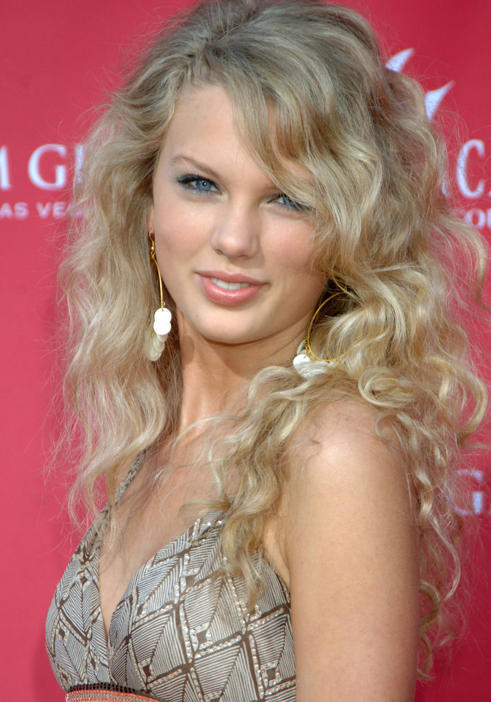 A fresh-faced Taylor Swift arrived at the Academy of Country Music Awards back in 2006, the same year her debut album was released. Her now-famous curls were parted to the side, and she went with a youthful, shimmery blue shadow to bring out her eyes.