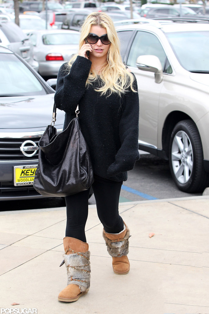 Jessica Simpson carried a large black bag.