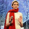 Anne Hathaway Sings Funny Christmas Carols | Pictures