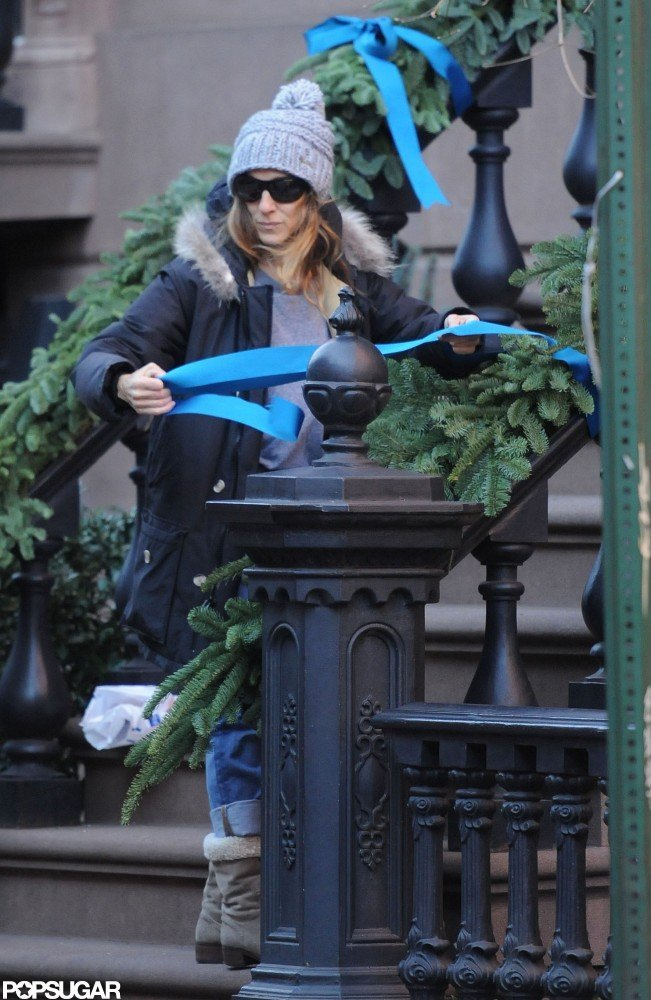 Sarah Jessica Parker decorated her NYC home with holiday decorations.