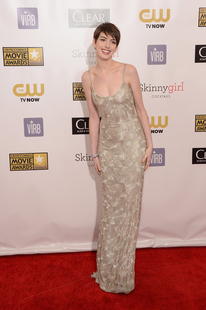 Anne Hathaway struck a pose on the red carpet.