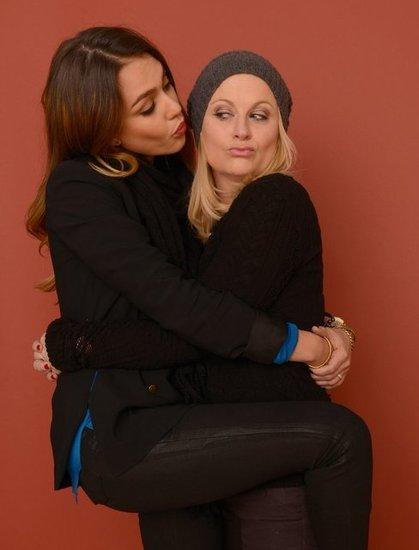 Jessica Alba pretended to kiss Amy Poehler during a Sundance portrait session.