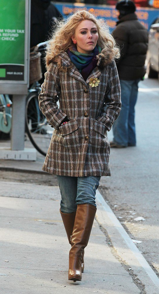 Carrie braved the Winter chill in a plaid coat, distressed denim, and brown leather boots. Re-create her layered look with this Antonio Melani coat ($84, originally $199), these luxe leather Frye boots ($348), and a colorful scarf.