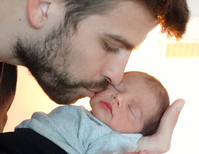 Gerard Piqué kissed his new son, Milan.