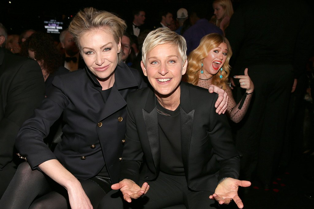 Kelly Clarkson photobombed Ellen DeGeneres and Portia de Rossi's cute couple's shot.