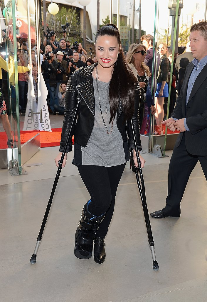 Demi Lovato walked with the help of crutches.