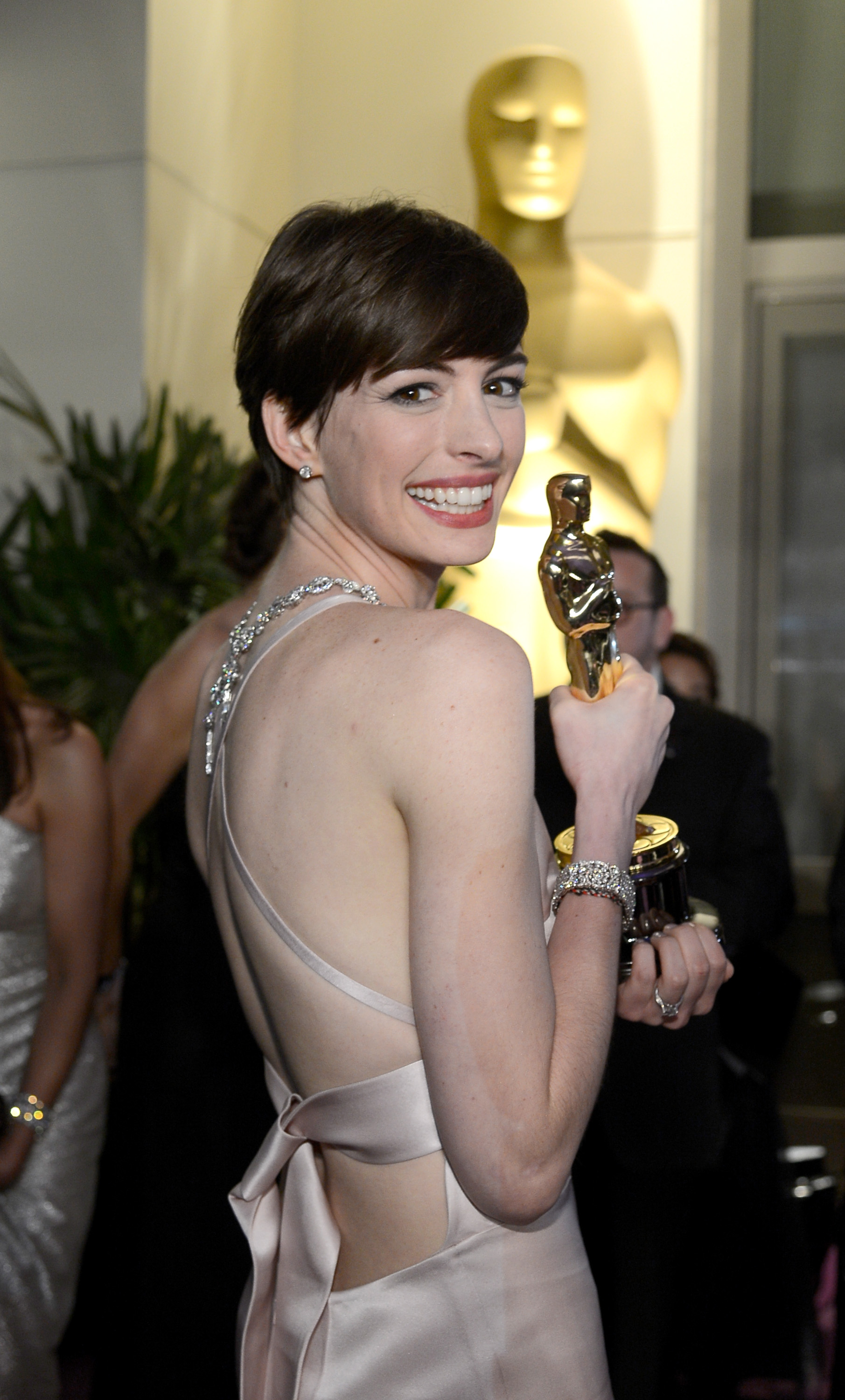 Anne Hathaway held up her award at the Governors Ball.