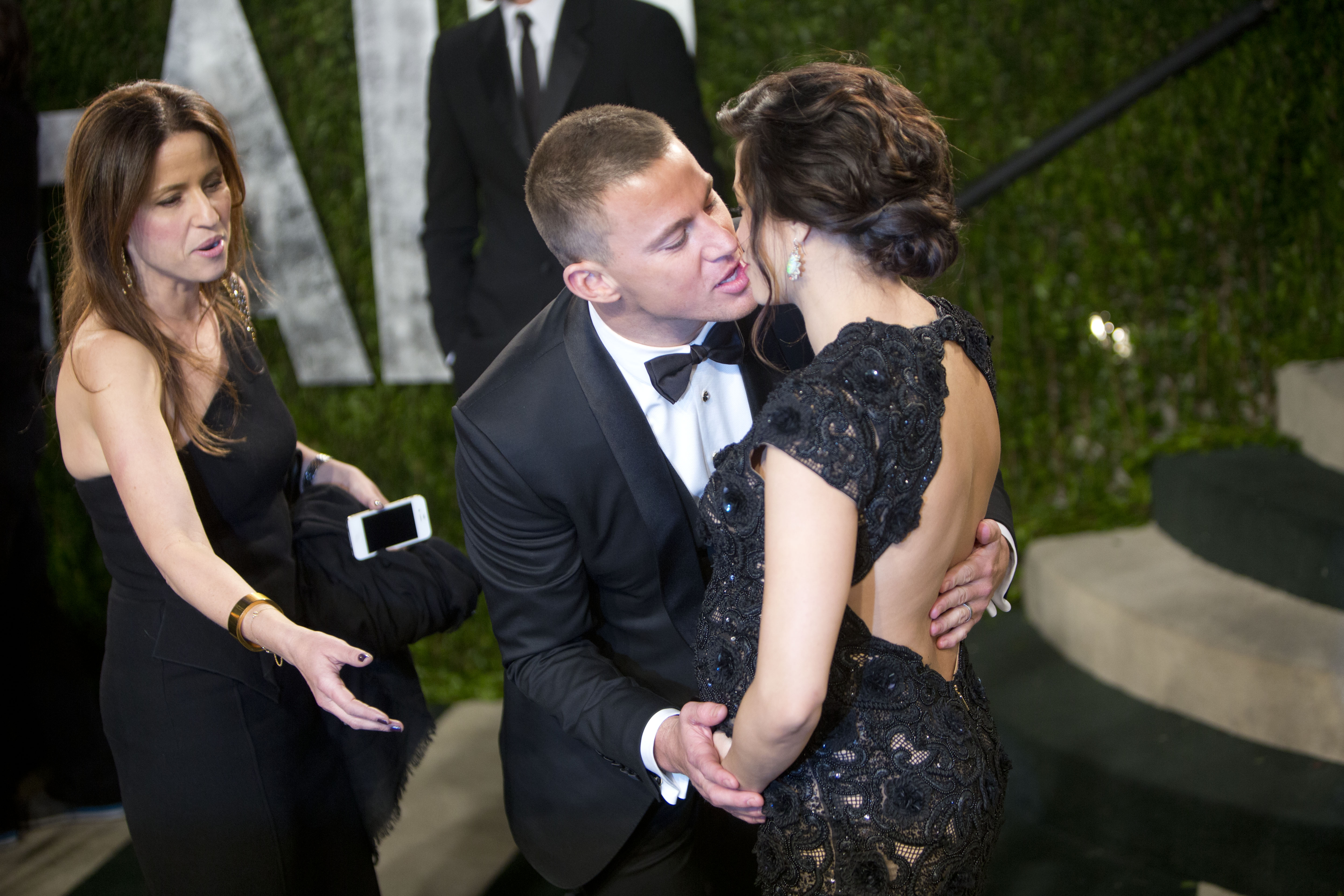 Channing Tatum kissed Jenna Dewan at the Vanity Fair Oscars party.
