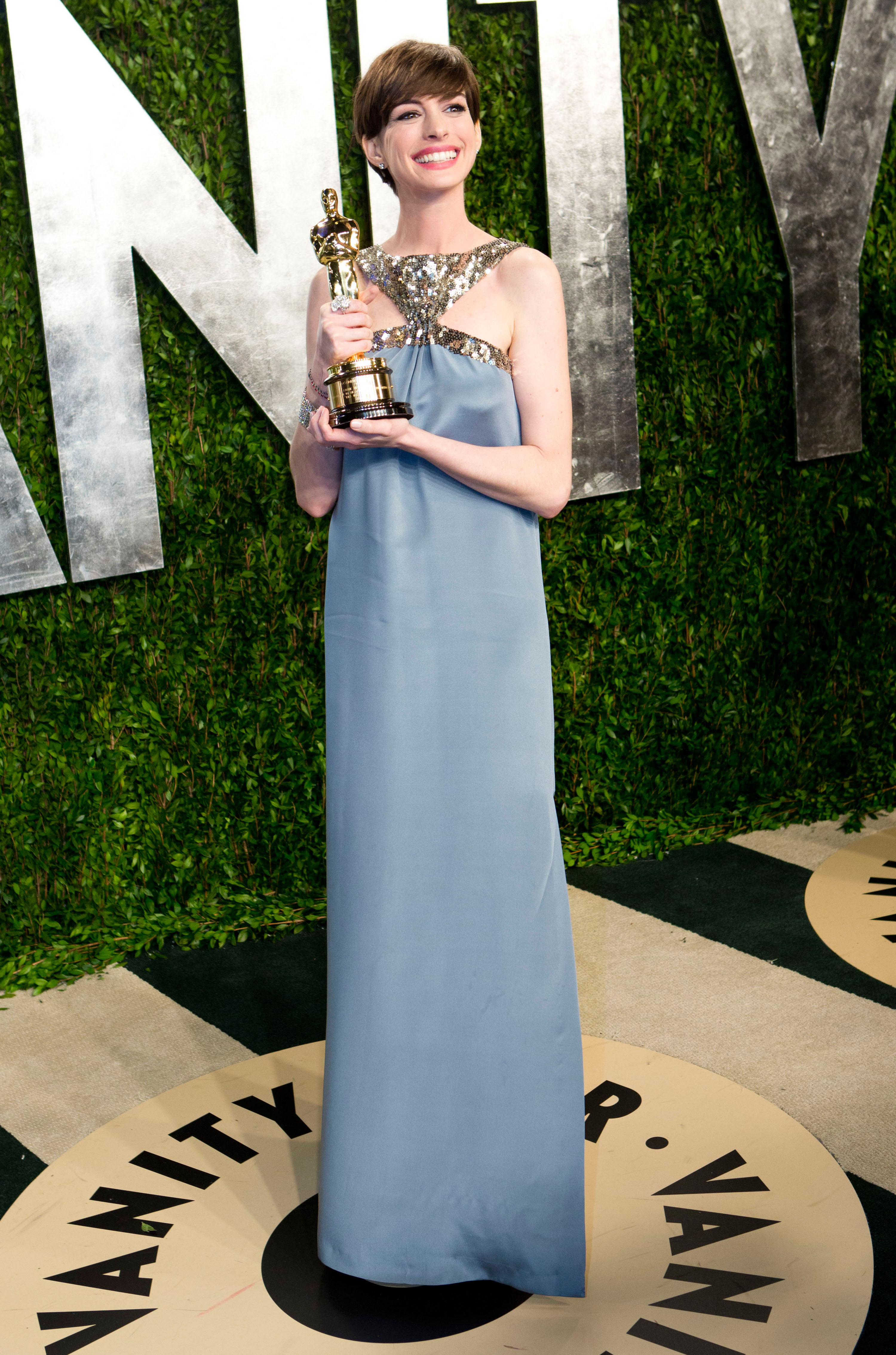 Anne Hathaway posed with her Oscar.