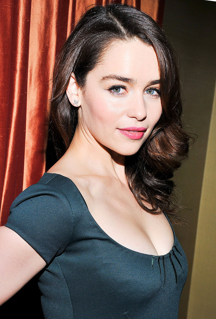 With her naturally brunet hair, Emilia Clarke looks completely different than her Game of Thrones character Daenerys Targaryen. If you have darker hair like Emilia, try pairing thick black liner with bright pink lips for a flattering and feminine palette.