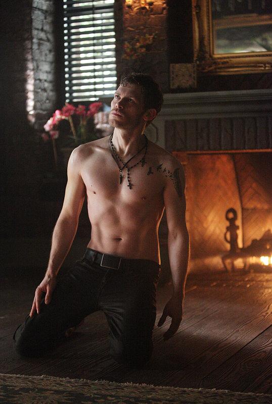 See Klaus Shirtless on The Vampire Diaries!